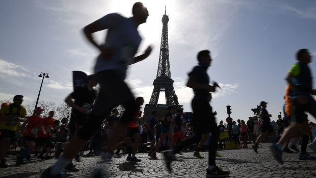 Runners compete during the 42nd edition of the Paris Marathon on April 8, 2018 in Paris. Kenya's Paul Lonyangata held onto his title to win the Paris Marathon for the men's group on April 8 with an official time of 2 hours, 6 minutes and 25 seconds, while Kenya's Betsy Saina finished first for the women's group with a time of 2 hours, 22 minutes and 56 second. / AFP PHOTO / Eric FEFERBERG
