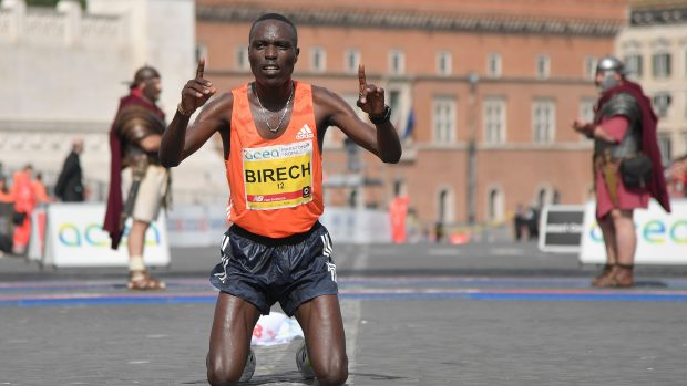Kenya's Jairus Kipchoge Birech celebrates after winning the 24th edition of Rome Marathon, on April 8, 2018 in Rome. / AFP PHOTO / Tiziana FABI