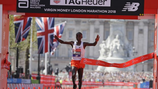 Il kenyano Eliud Kipchoge taglia per primo il traguardo della Maratona di Londra (AP Photo/Kirsty Wigglesworth)