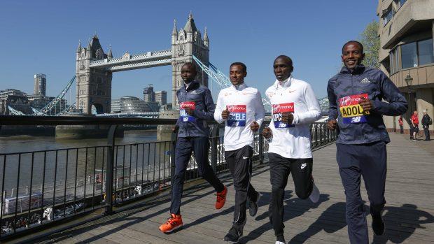 Il kenyano Daniel Wanjiru, l'etiope Kenenisa Bekele, il kenyano Eliud Kipchoge e l'etiope Guye Adola davanti a Tower Bridge. (AFP Daniel LEAL-OLIVAS)