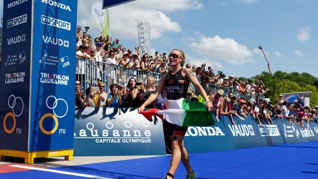 Verena Steinhauser sul traguardo di Losanna col Tricolore (ITU Media)
