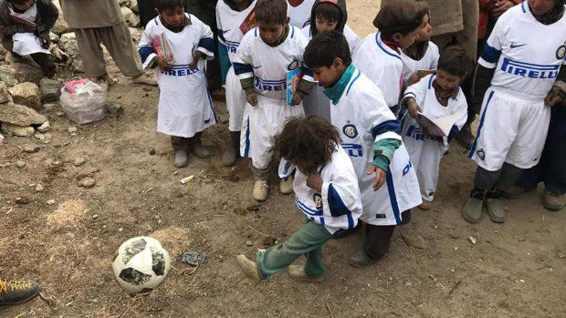 I bambini del villaggio di Ser con le divise dell'Inter donate da Ranocchia