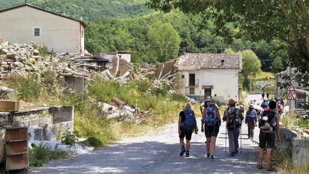 In cammino tra le macerie di Amatrice (foto Cristina Menghini)